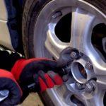 スタッドレスタイヤの買い替え時期で硬さや溝の目安ってどれくらい?